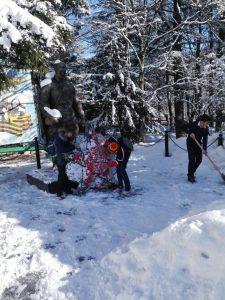 Очистка памятника от снега